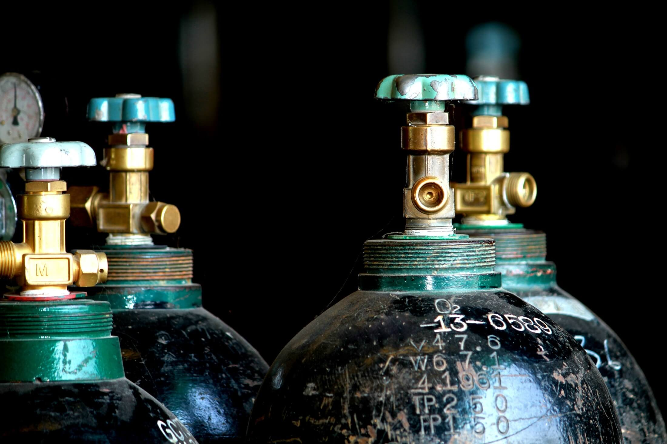 How to safely store oxygen and acetylene cylinders in the